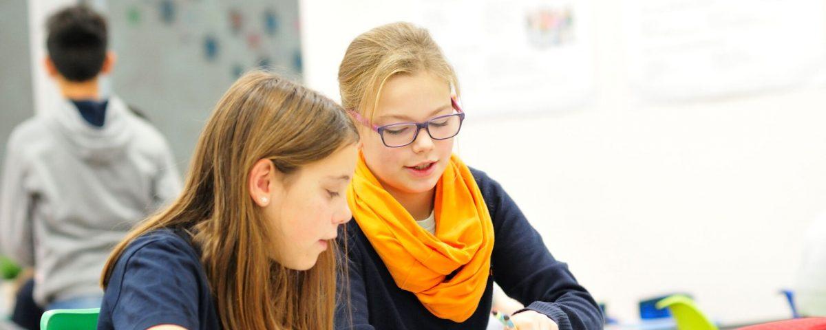 Lernerinnen im Klassenraum